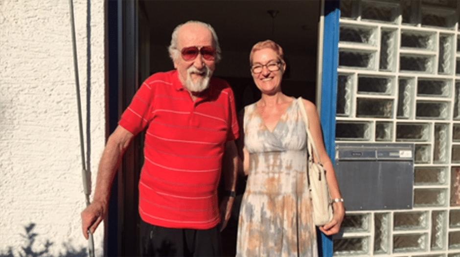 Unsichere Schritte: Gert Brösche leidet an Gleichgewichtsstörungen. Heute stützt ihn Heike Farkas beim Spaziergang, normalerweise begleitet ihn seine Pflegekraft.