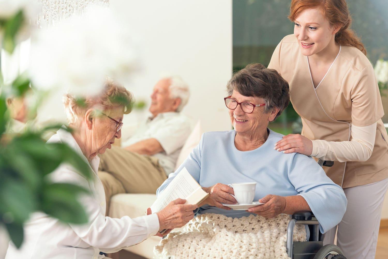 Zwei ältere Damen mit Pflegerin zusammen