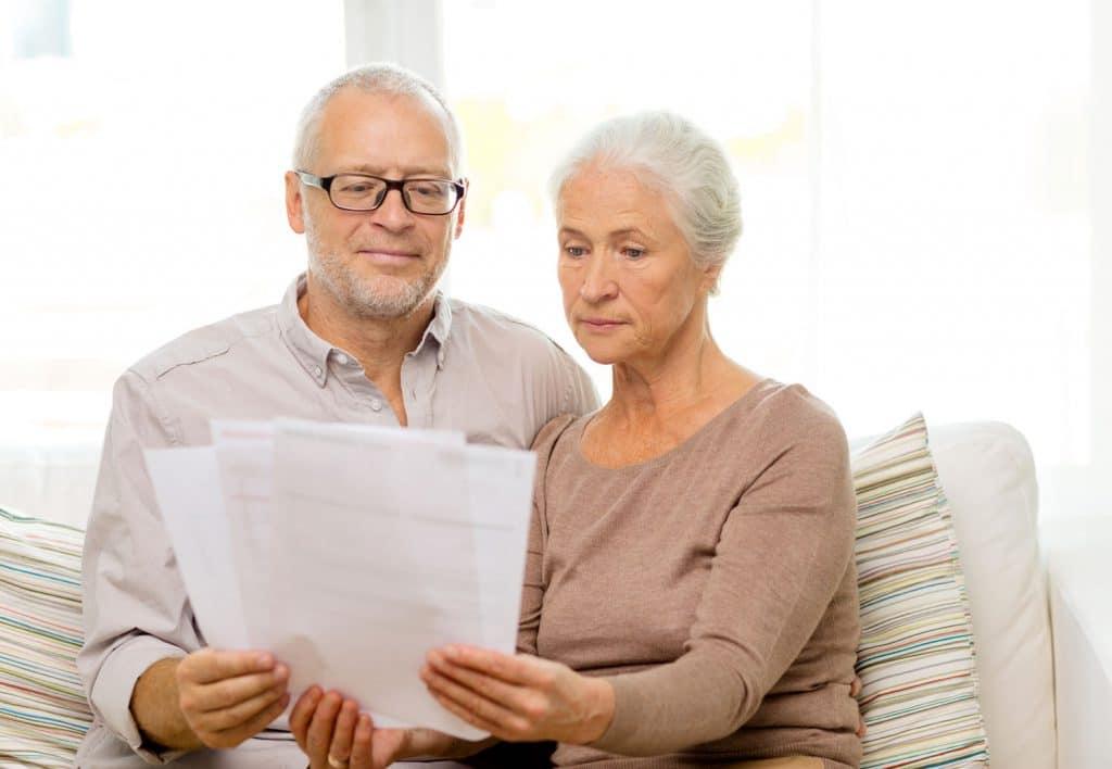 Älteres Paar lesen sich Dokument durch