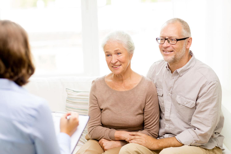 Älteres Paar wird von einer Frau beraten