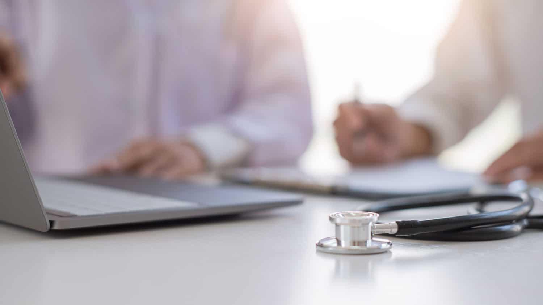 Offener Laptop daneben ein Stetoskop
