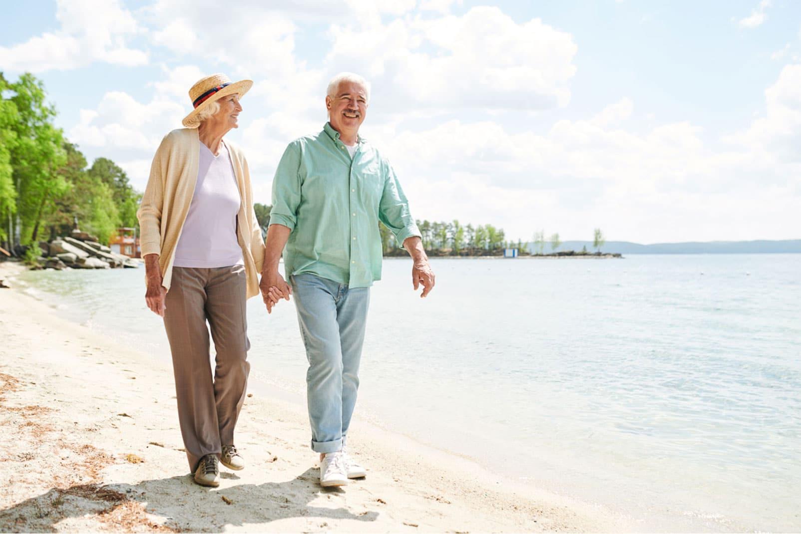 Älteres Paar im Urlaub beim Strandpaziergang