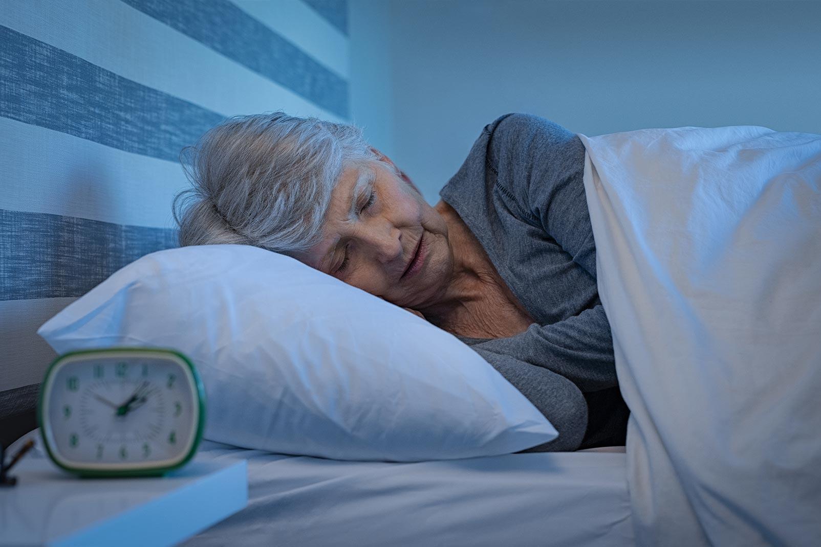 Schlafende ältere Frau auf Kissen liegend