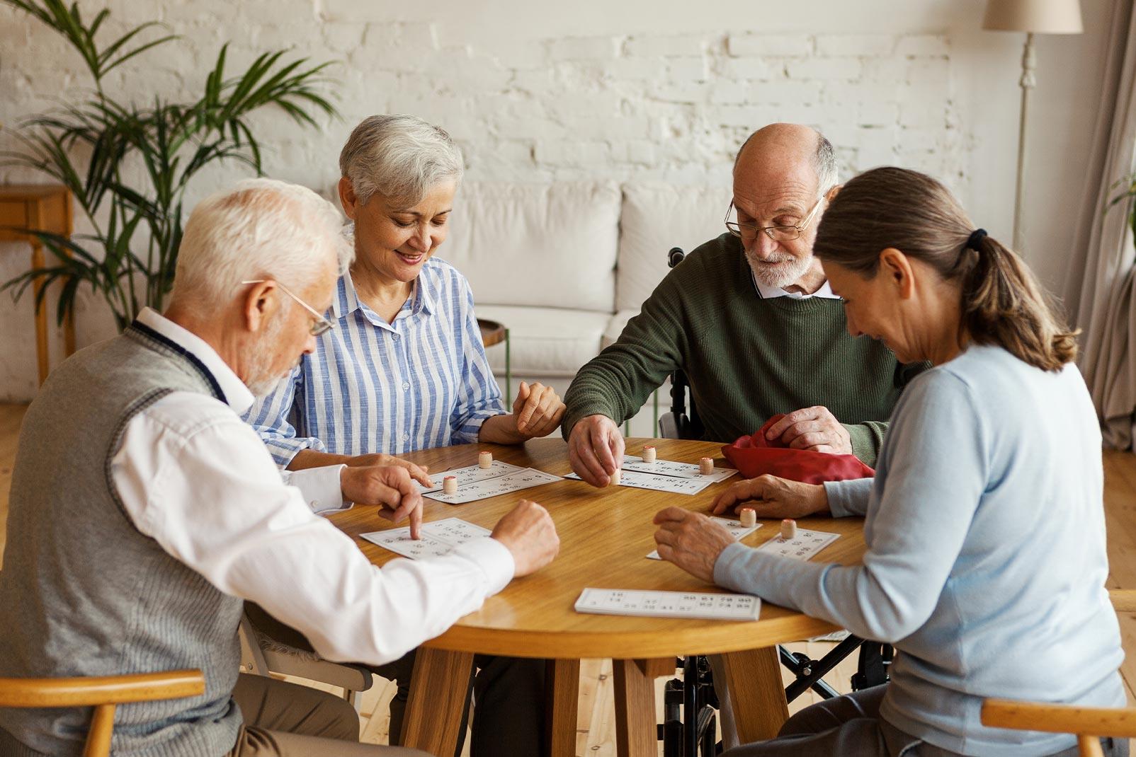 Senioren gemeinsam an einem Spieletisch