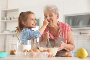 Rentnerin backt gemeinsam mit Mädchen