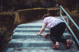 Frau stürzt draussen auf Treppe