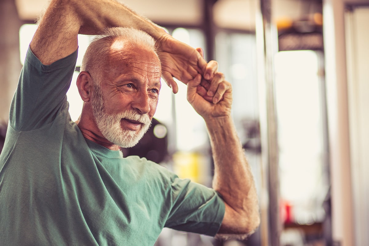 Älterer Mann im Fitnessstudio