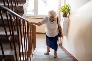 Alte Frau geht die Treppen hoch